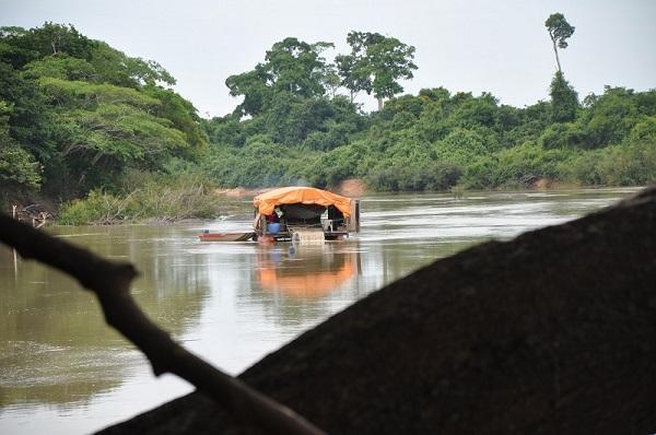 Balsas de Mineração ilegais atuam no Rio Peixoto