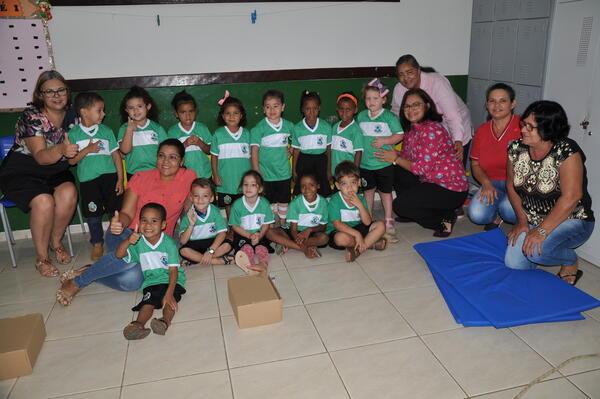 Mais 800 alunos recebem uniformes escolares em Matupá