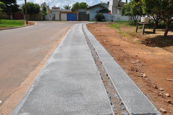 Vias pavimentadas da ZC1 estão recebendo calçadas