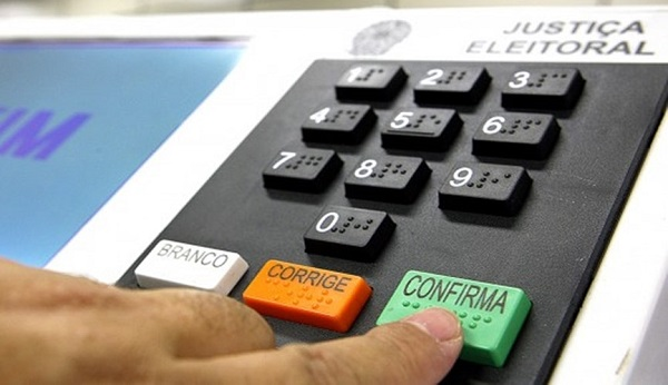 Senado aprova PEC que adia eleições municipais